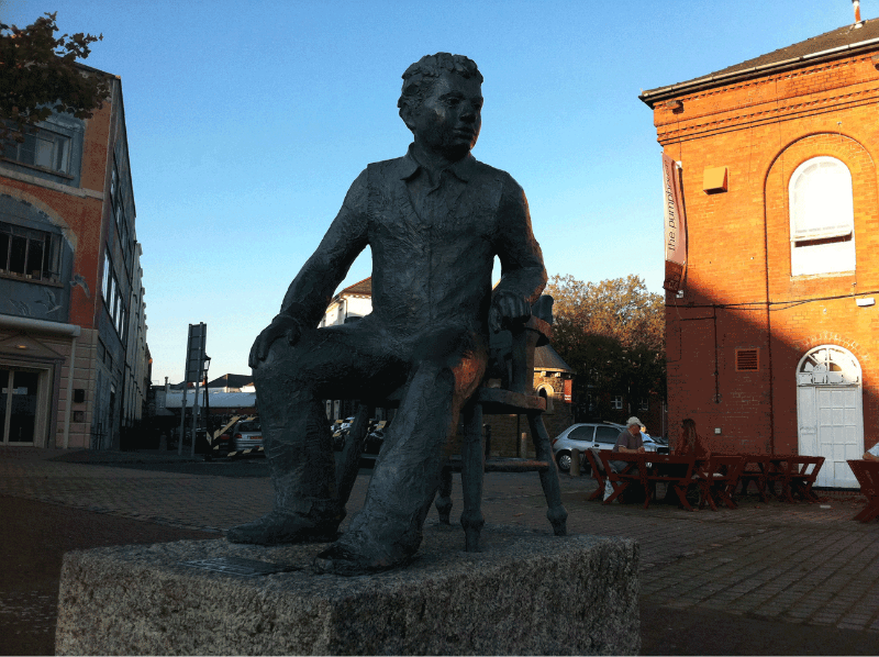 Photograph of a statue of Dylan Thomas